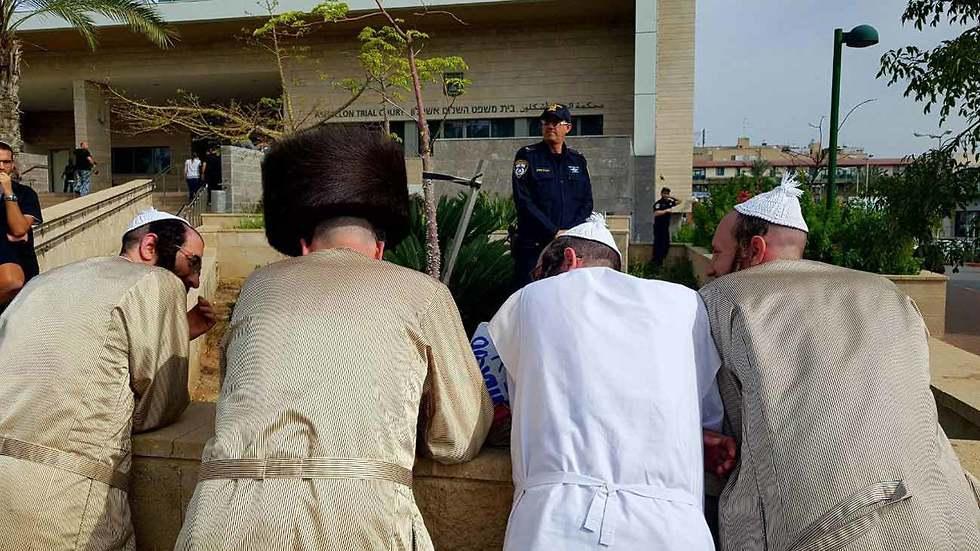 חרדים מחוץ לבית משפט השלום אשקלון (צילום: רועי עידן)