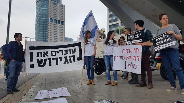 הפגנה מחוץ לפגישת דרעי ונתניהו עם תושבי דרום תל אביב (צילום: בראל אפרים)