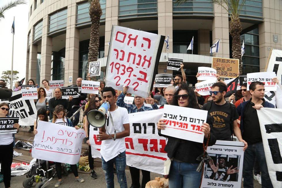 הפגנה מחוץ לפגישת דרעי ונתניהו עם תושבי דרום תל אביב (צילום: צביקה טישלר)