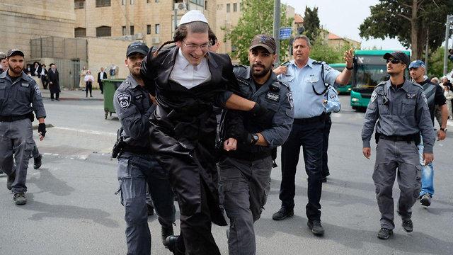 ההפגנה נגד נתיחת גופת התינוק (צילום: יואב דודקביץ)
