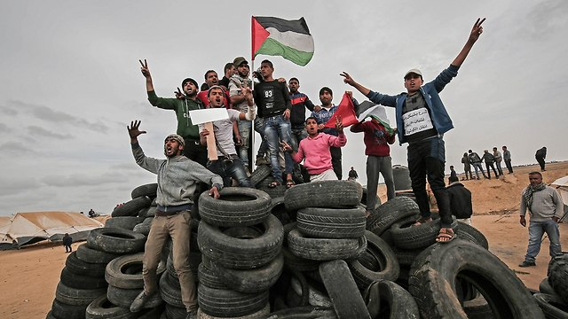 Palestinian protesters on Gaza border (Photo: AFP)