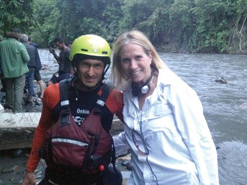 דנה לוסטיג על הסט, לצד איש הקיאקים שהציל את הפעלולנים (צילום: אלבום פרטי)