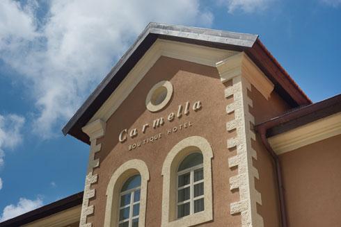 גג הרעפים הושב למקורו, בחזית הקדמית לא ערכו שינויים, אך החלונות הוחלפו