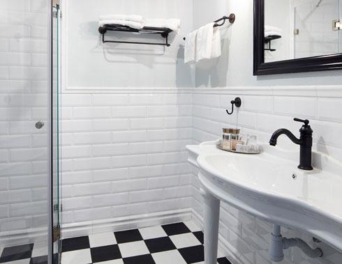 אביזרים מעוגלים וצבעי שחור-לבן בחדרי הרחצה