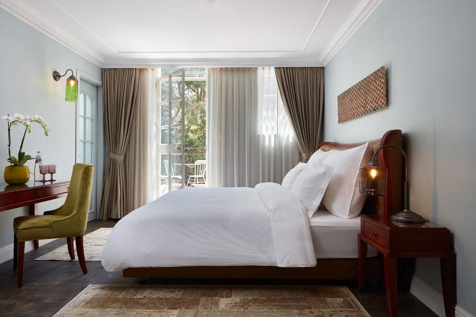 לחלק מהחדרים יש מרפסות פרטיות קטנות, שפונות לים, או לגן האם הסמוך. החדרים בקומה העליונה גדולים, ונהנים מתקרה גבוהה ומשופעת, הודות לגג הרעפים שמעליהם. על הרצפה אריחי ציפחה