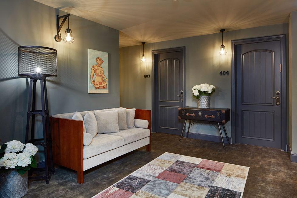 בהבדל מחדרי האירוח הבהירים, המסדרונות והטרקלינים הקומתיים כהים. התאורה מוסיפה נופך דרמטי. עבודות האמנות על הקירות הן של תמרה מורגנשטרן