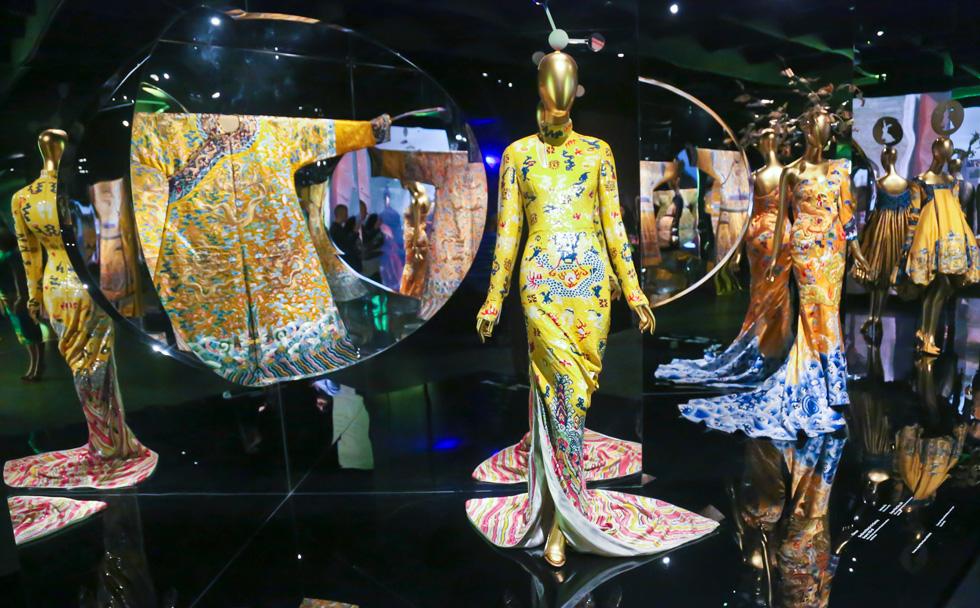 """ווינטור מושכת בחוטים. התערוכה """"סין: מבעד למראה"""" (צילום: AP)"""