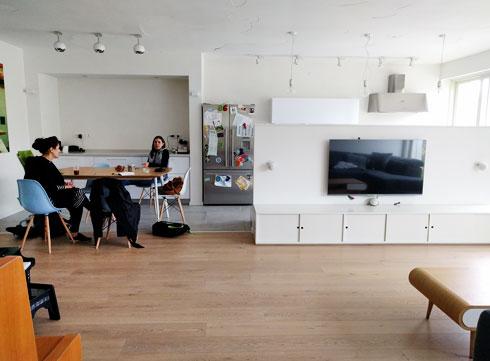 מבט מהסלון למטבח ולפינת האוכל לפני הריענון (צילום: studio details)