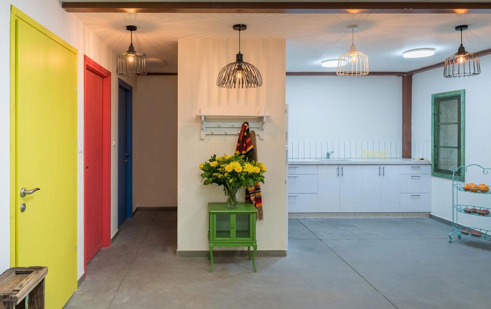 הגוונים מאופקים ורגועים, למעט כתמי צבע בודדים בדלתות (צילום: עינת דקל)