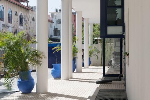 אכסדרת עמודים לצד משרדי הצוות, הפונים לחצר משנית  (צילום: גדעון לוין)