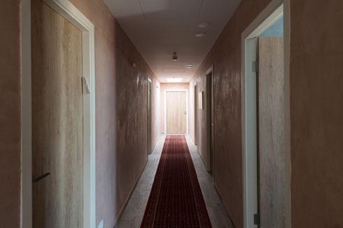 מסדרון בקומה העליונה, שם מתגוררים מתנדבי שנת שירות  (צילום: גדעון לוין)
