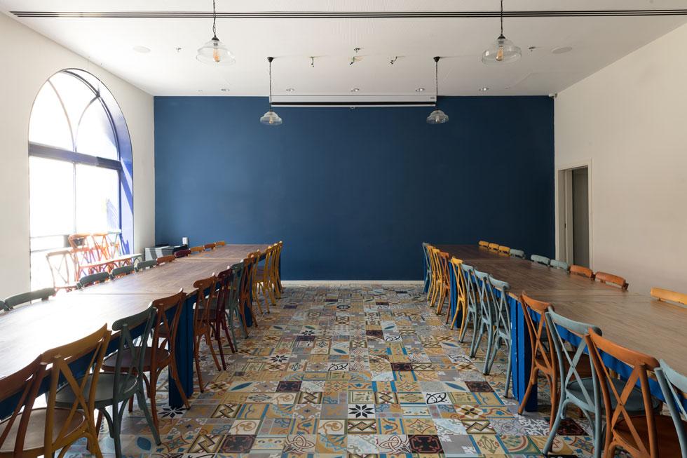 """חדר האוכל המשותף בבית החדש, שבו מתגוררים כ-50 בני נוער. """"זה מקום שנותן לך להרגיש מיוחד, שהכל בשבילך"""", אומרת בן יוסף, """"רק שתבחר בחיים ולא בהרס עצמי ובמוות""""  (צילום: גדעון לוין)"""