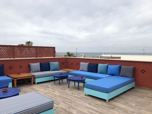 פינת ישיבה ואירוח על הגג הפתוח (צילום: מיכל אשכולות)