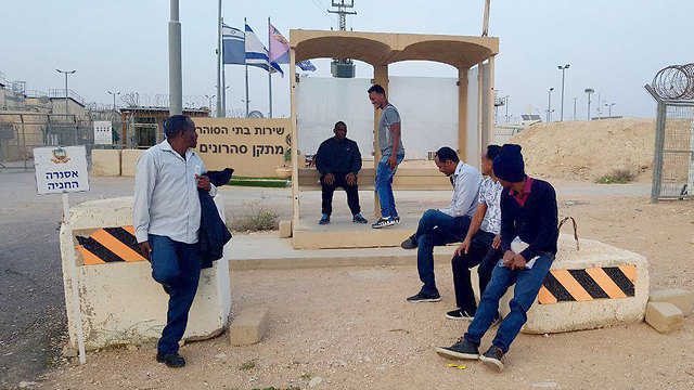 Asylum seekers in Saharonim (Photo: Roee Idan)