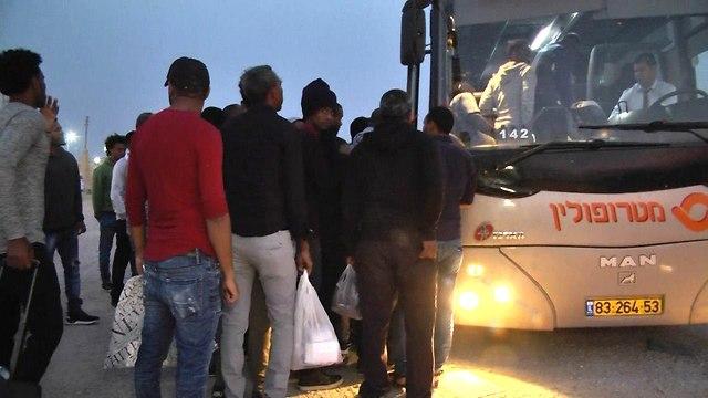 מבקשי מקלט עולים לאוטובוס (צילום: רועי עידן)