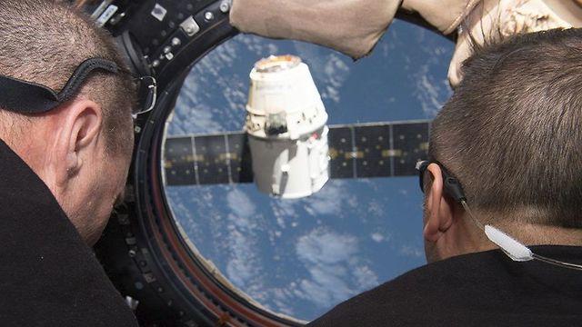 צופים בחללית האספקה המתקרבת (צילום: סקוט טינגל, נאס