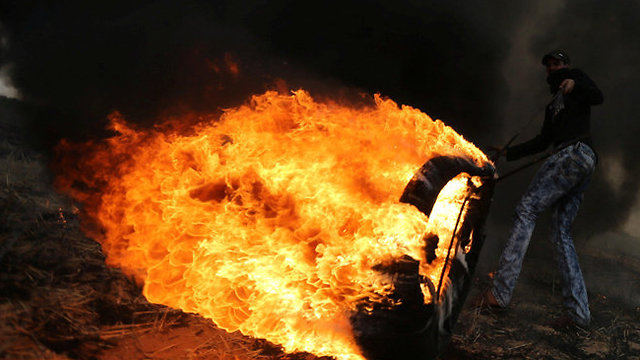 Some 10,000 tires are expected to be burned in Friday's protests near the border (Photo: Reuters)