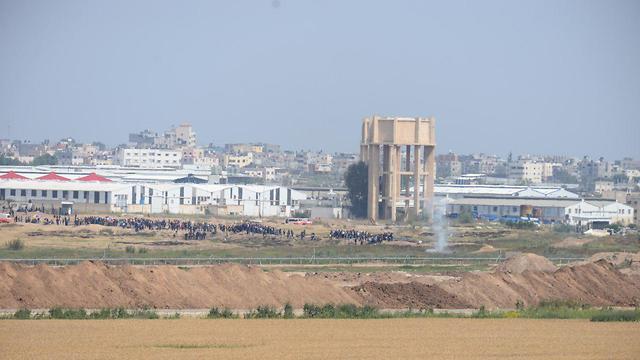 מפגינים פלסטינים בגבול רצועת עזה (צילום: הרצל יוסף)