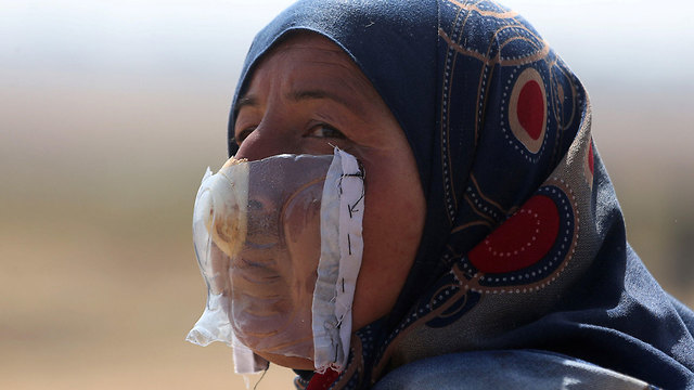 A Gaza woman with a makeshift gasmask (Photo: Reuters)