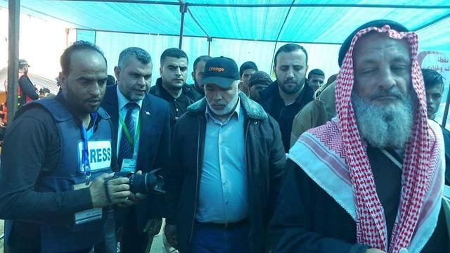 Hamas security chief Tawfiq Abu Naim (center) visiting the protest