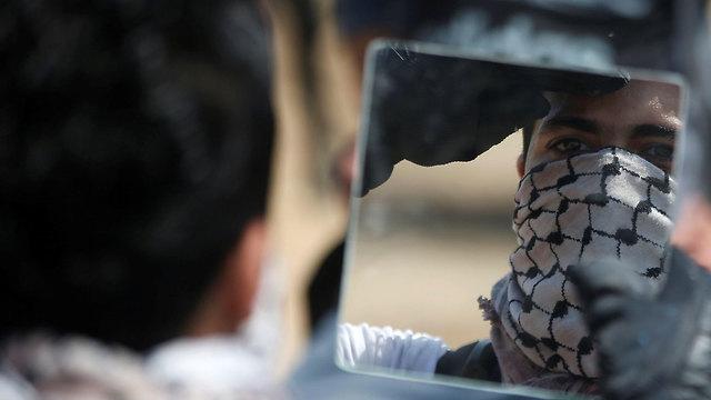 מפגינים פלסטינים בגבול רצועת עזה (צילום: רויטרס)
