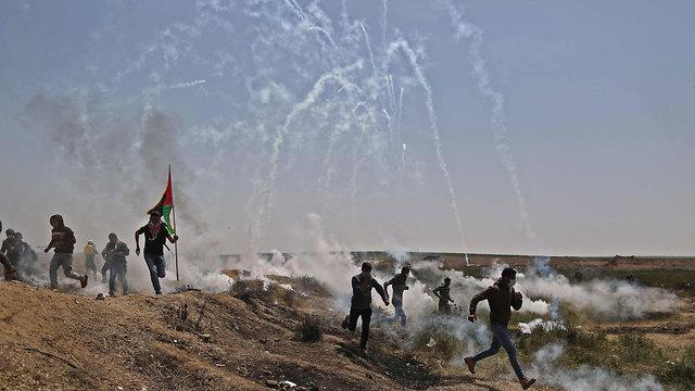 מפגינים שורפים צמיגים ברצועת עזה (צילום: AFP)