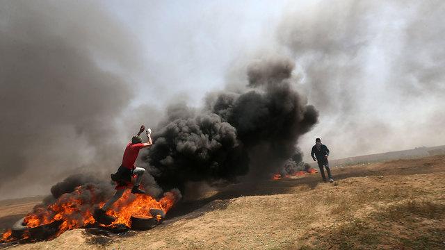 שריפת צמיגים בגבול רצועת עזה (צילום: AFP)