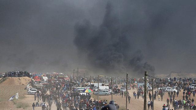 שריפת צמיגים בגבול רצועת עזה (צילום: רויטרס)