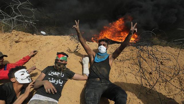 מפגינים בגבול רצועת עזה ()