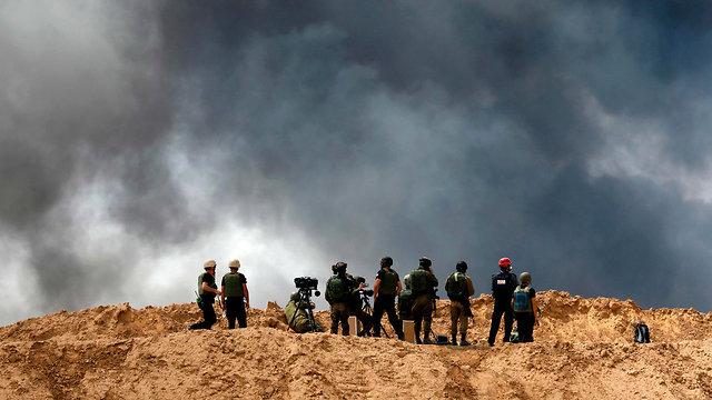 מפגינים בגבול רצועת עזה (צילום: AFP)