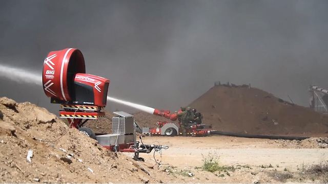 Водометы против огня. Фото: пресс-служба ЦАХАЛа (Photo: IDF Spokesperson's Unit)