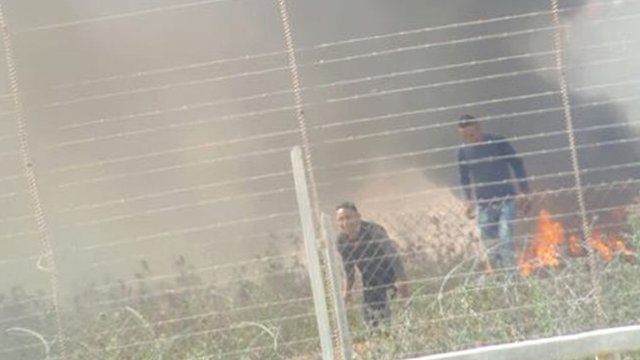 Palestinians drawing near the border fence (Photo: IDF Spokesperson's Unit)