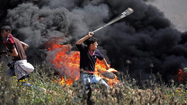Émeutiers palestiniens près de la frontière de Gaza.  Une série de luttes violentes, semaine après semaine, mènera éventuellement à l'éclatement d'un conflit (Photo: EPA)