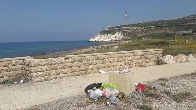 פסולת בחוף בצת (צילום: גדי שבתאי)