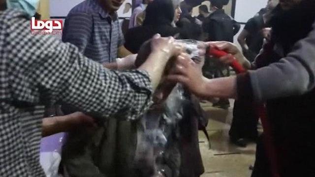ילדים לאחר תקיפה כימית בסוריה ()
