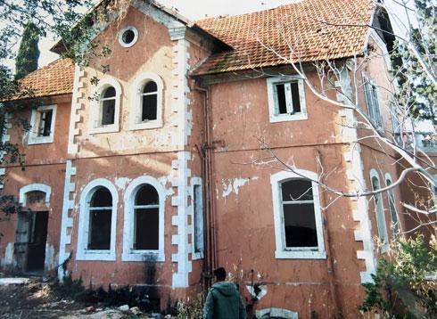 בימים שעמד נטוש שימש בית הכומר משכן לדרי רחוב