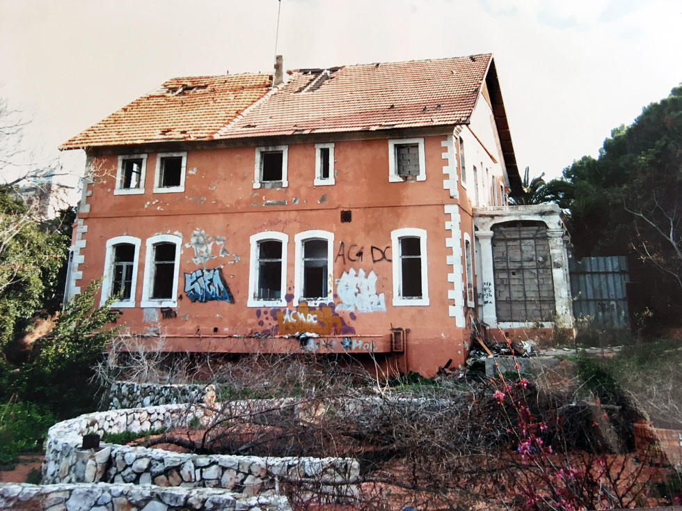 """במשך כעשור עמד הבית נטוש ומוזנח. חיפאים וותיקים עדיין זוכרים אותו מהימים שפעל בו """"המועדון"""" - מועדון חברים של איש חיי הלילה רפי שאולי"""