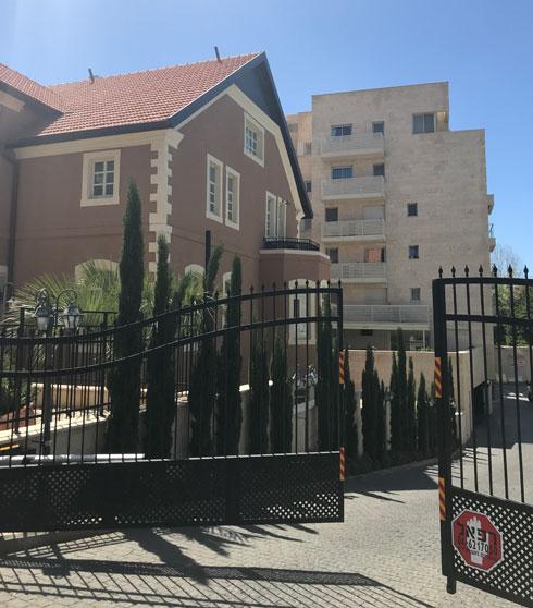 אחד משני בנייני המגורים שהקים היזם, בזכות הגדלת זכויות הבנייה במגרש  (צילום: אביטל ברוידא)