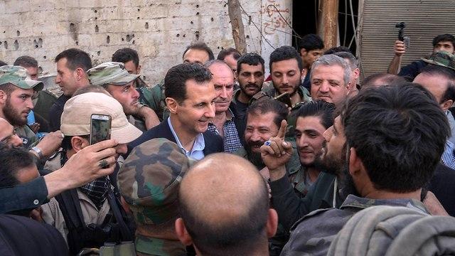 בשאר אסד, נשיא סוריה במזרח רוטה עם חיילים סורים  (צילום: AFP)
