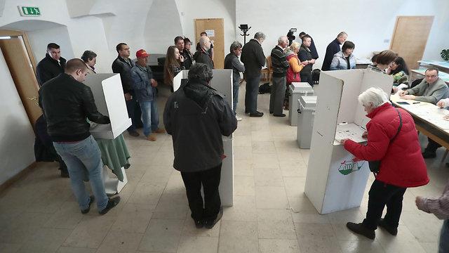 אזרחים מצביעים בבחירות הונגריה לראשות הממשלה (צילום: AFP)
