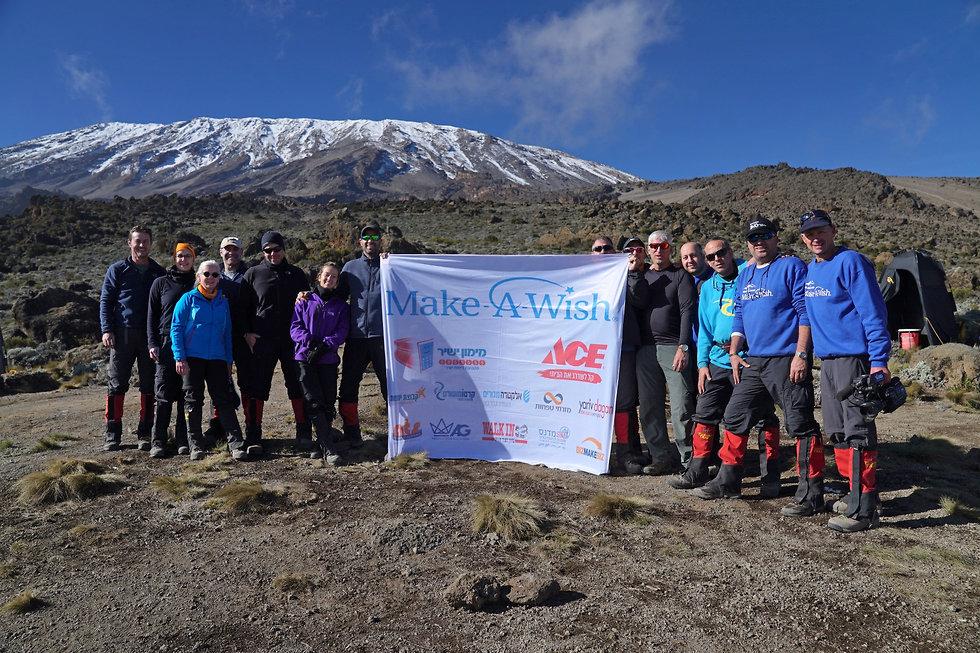 חברי משלחת משאלת לב בפסגת הר הקילמנג'רו  (יריב דגן)