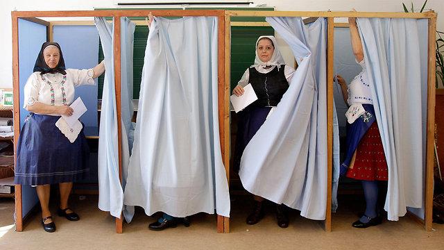 מצביעות בחירות כלליות הונגריה לבוש מסורתי  (צילום: AFP)