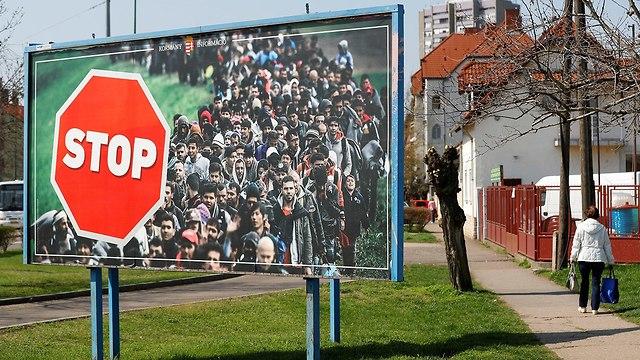 כרזת בחירות של ראש ממשלת הונגריה ויקטור אורבן אין כניסה ל מהגרים (צילום: רויטרס)
