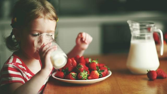 ילדה שותה חלב (צילום: shutterstock)