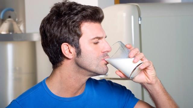 גבר שותה חלב (צילום: shutterstock)