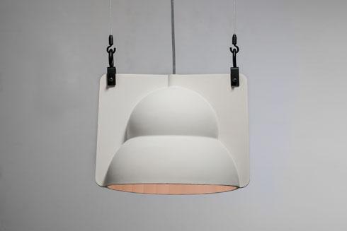 מנורת רחוב לבית. גוף תאורה קרמי (צילום: כפיר זיו)