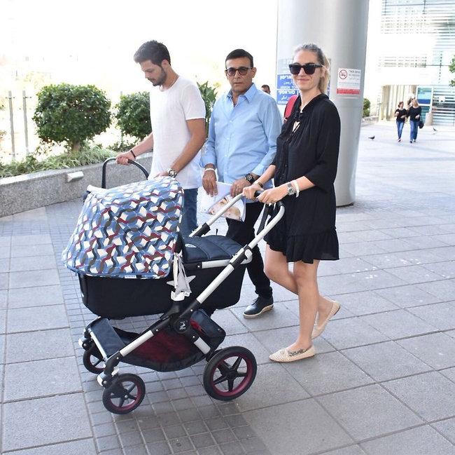 יאללה הביתה! ג'ני צרוואני, רוני מאנה ובנו  (צילום: צ'ינו)