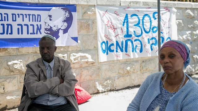 Avera Mengistu's parents at their protest encampment outside the PM's Residence (Photo: Ohad Zwigenberg)