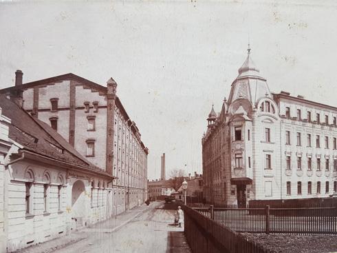 מימין הבית שבנה סבא רבא, יעקב ורבר. משמאל טחנת הקמח, המפעל המשפחתי, שנשרף במלחמת העולם הראשונה (צילום: אלבום משפחתי)