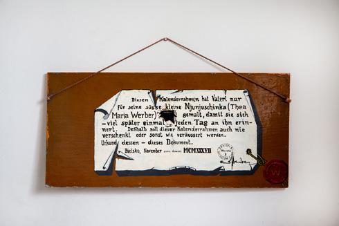 סוג של חוזה: ''את הלוח הזה הכין אבוש כדי שיום אחד, הרבה יותר מאוחר, הניוניושקה המתוקה שלו תזכור אותו'' (צילום: שירן כרמל)